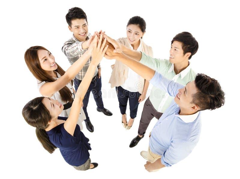 与成功姿态的愉快的年轻企业队 免版税库存图片