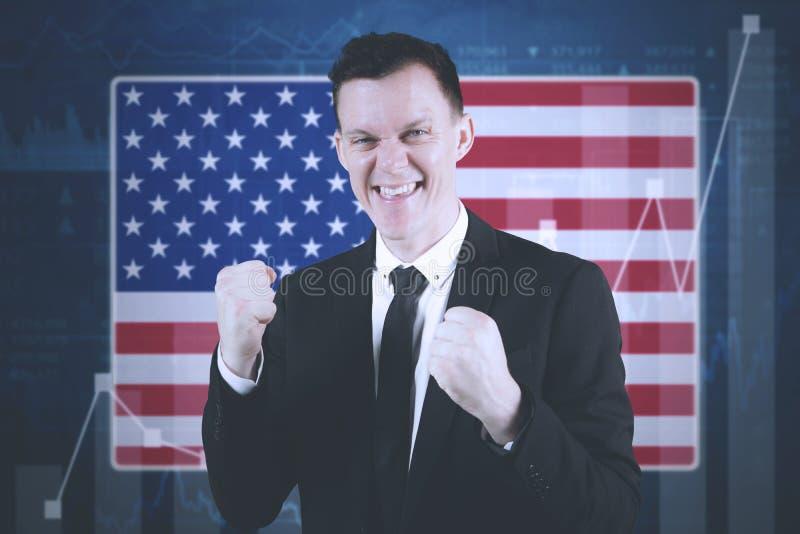 与成长财政图表的美国商人 免版税库存图片