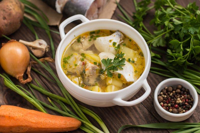 与成份和香料的鲜鱼汤烹调的 木背景 顶视图 特写镜头 库存照片