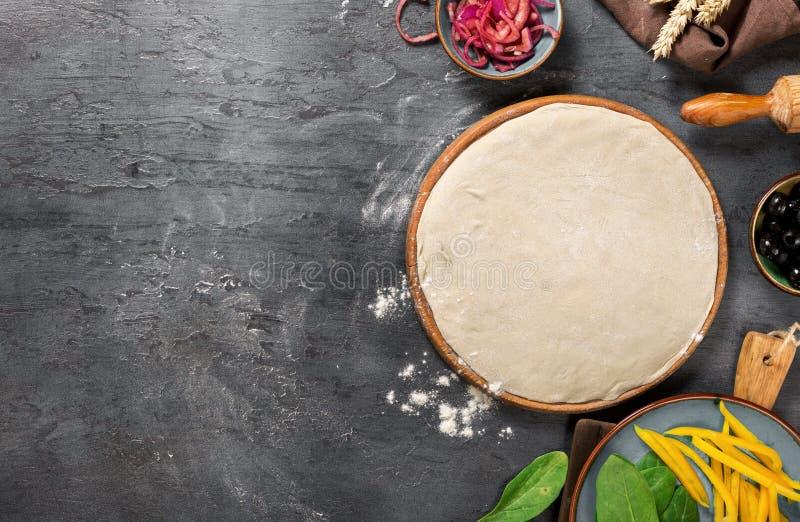 与成份的新鲜的面团烹调的素食薄饼 库存照片