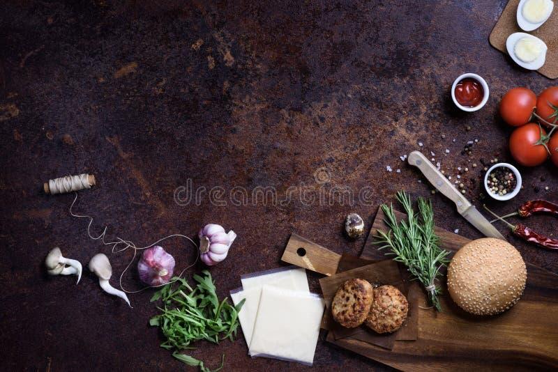 与成份的汉堡,餐馆菜单背景 复制空间,顶视图 图库摄影