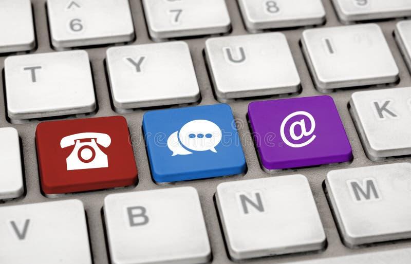 与我们联系在白色键盘通信概念的象 免版税库存照片