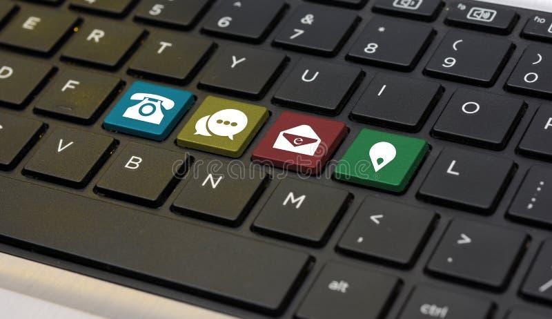 与我们联系在键盘特写镜头的手段象 免版税库存照片