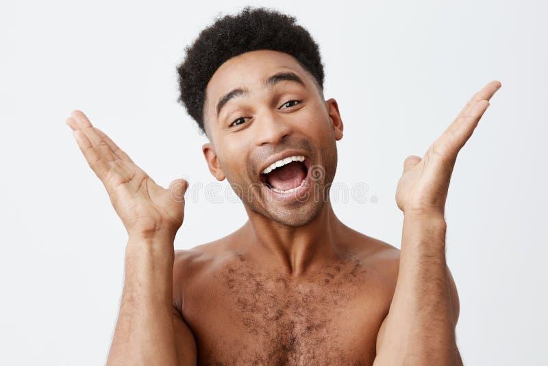 与我的拍手 关闭黑皮肤的年轻使用与他的小儿子的父亲机智卷发画象在卫生间里 库存照片