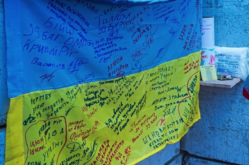 与战士署名的乌克兰旗子  免版税库存图片