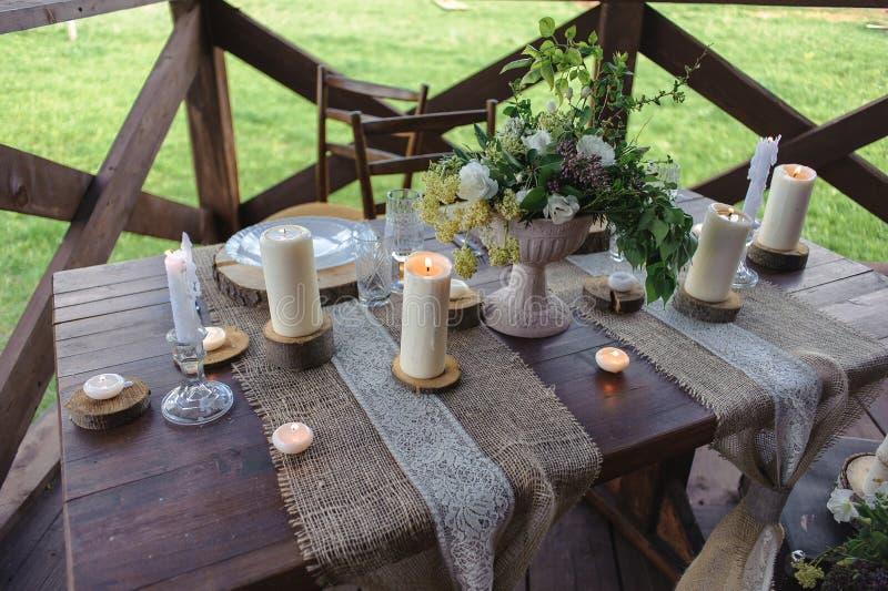 与户外蜡烛和花的木桌集合 库存图片