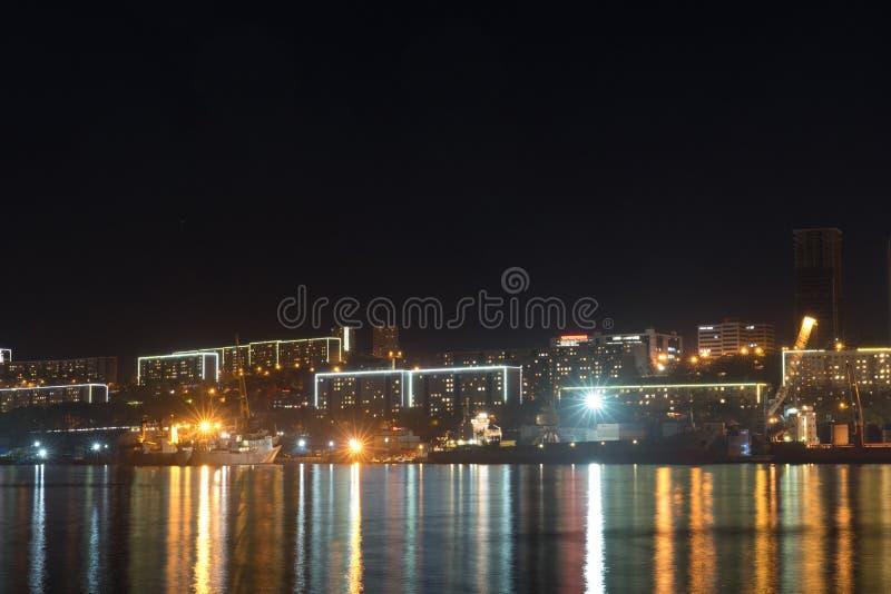 与房子和光剪影的都市风景从灯笼 库存照片