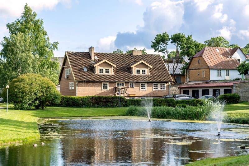 与房子和池塘的风景 免版税库存图片
