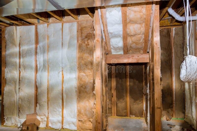 与房子工地工作地下室墙壁的绝热 免版税图库摄影