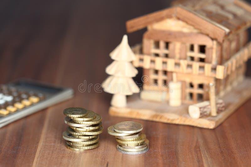 与房子模型的金钱硬币 免版税库存图片