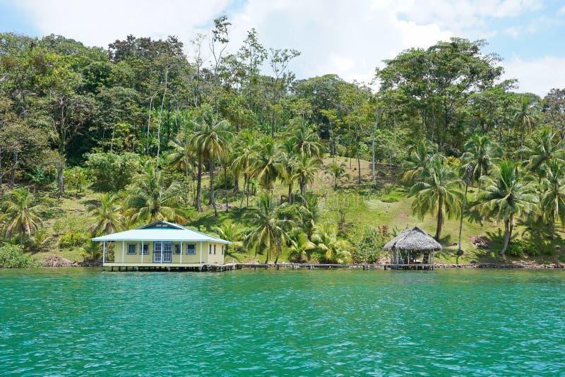 与房子的沿海地带物产在中美洲 免版税库存照片