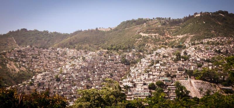 与房子的美丽的山坡在Peition-Ville海地附近的房子顶部 免版税库存图片