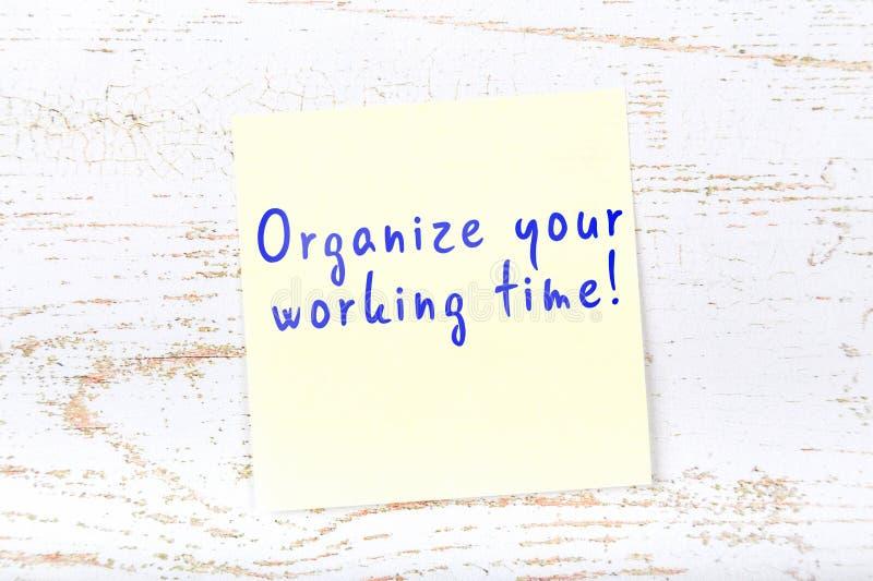 与手写的文本的黄色稠粘的笔记组织您的上班时间 皇族释放例证