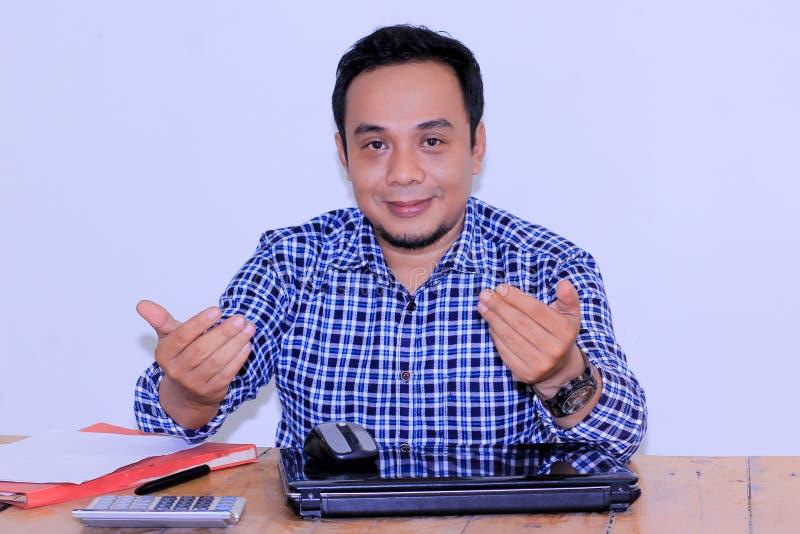 与手势的有吸引力的亚洲年轻bussinessman加入与我们 免版税图库摄影