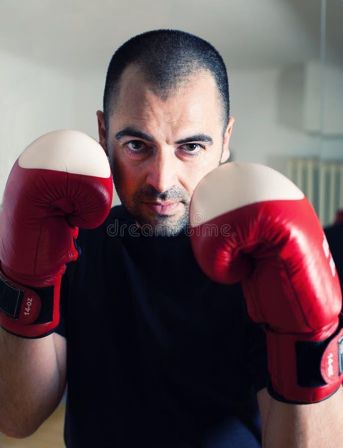 与手套的人拳击 免版税库存照片