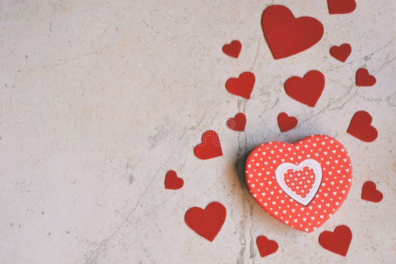与手工制造毛毡心脏的情人节背景 华伦泰,浪漫,爱概念 愉快的恋人天贺卡大模型 C 库存照片
