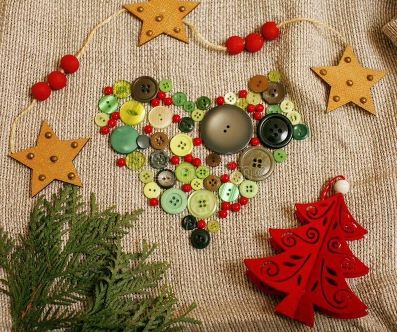与手工制造礼物的圣诞卡木葡萄酒 库存照片