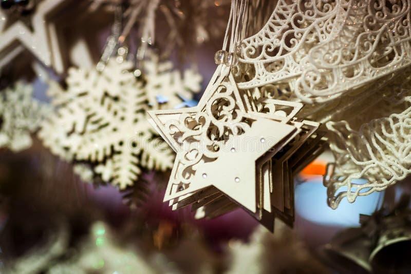 与手工制造纪念品的传统圣诞节市场 库存照片