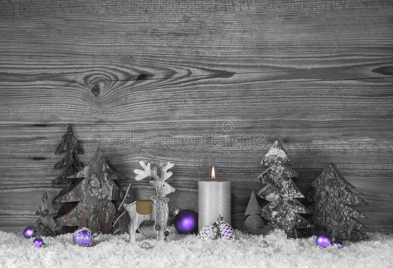 与手工制造驯鹿、树和紫罗兰的灰色木背景 免版税库存照片
