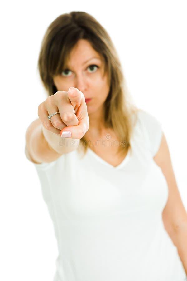 与手指的白肤金发的妇女点在照相机-我看见您 免版税库存照片