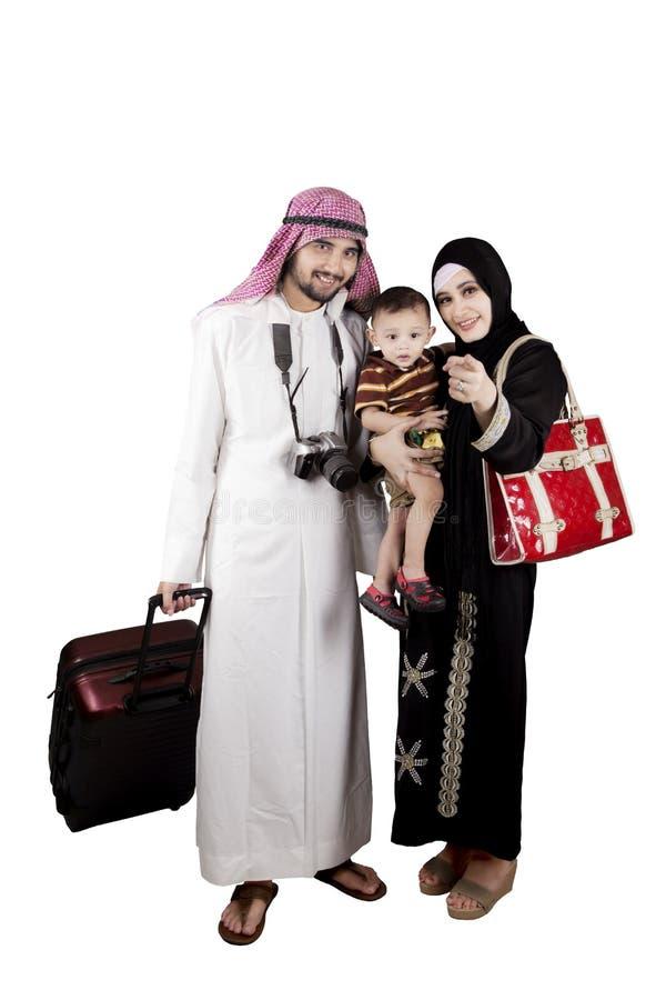 与手提箱和数字照相机的回教家庭 免版税库存图片