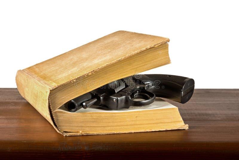 与手枪的书 免版税图库摄影