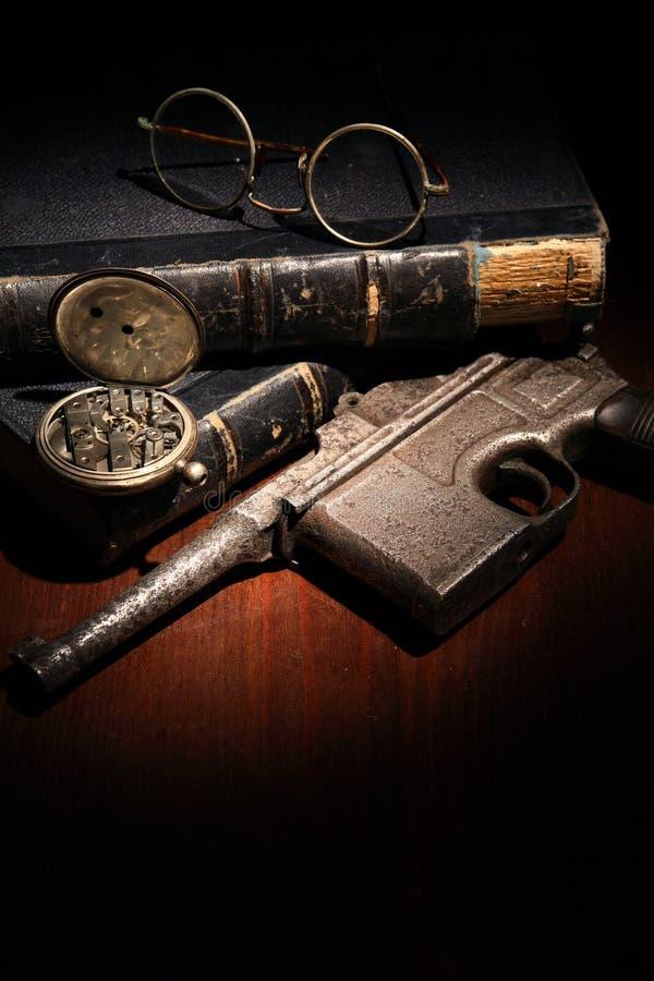 与手枪的葡萄酒静物画 库存照片