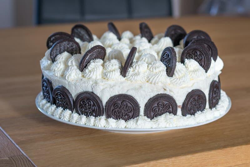 与打好的奶油的匈牙利饼干蛋糕 库存图片