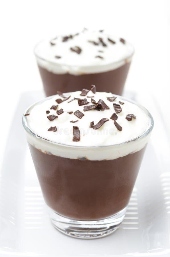与打好的奶油的巧克力沫丝淋在白色背景 库存图片