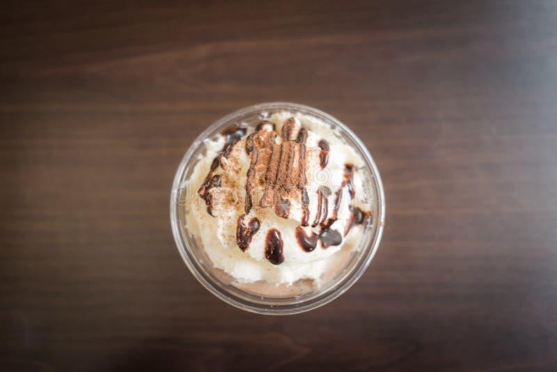 与打好的奶油的巧克力frappe 免版税库存照片