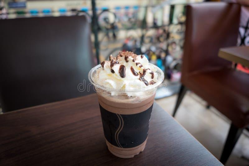 与打好的奶油的巧克力frappe 免版税库存图片