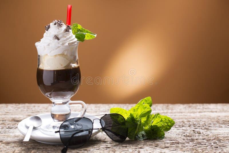 与打好的奶油的被冰的咖啡,装饰用薄菏 库存图片