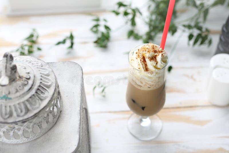 与打好的奶油,一份刷新的饮料的冰冻咖啡 免版税库存照片