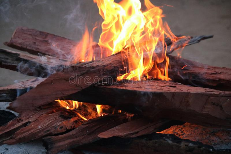 与打旋的烟火焰和小捆的红色硬木火  库存照片