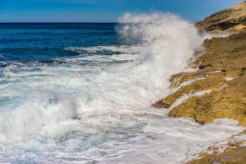 与打破在岩石海岸线的海水spindrift的海景 库存照片