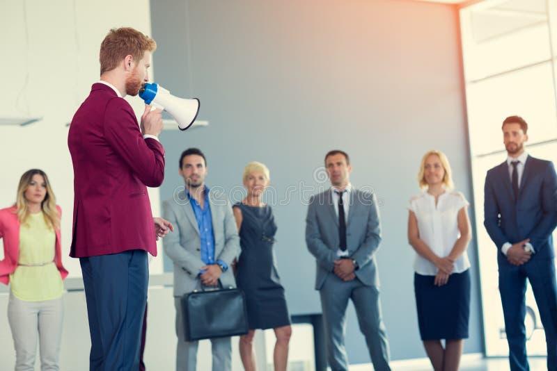 与扩音机的谈的领导他的企业队 库存照片