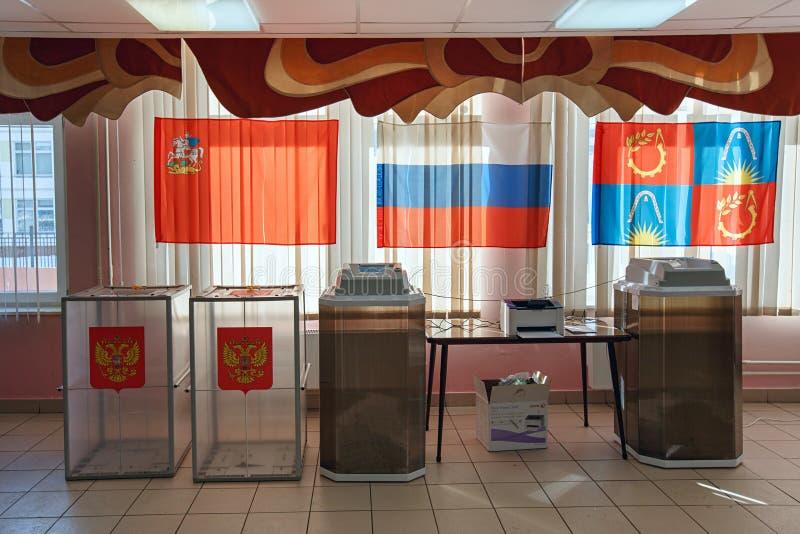 与扫描器的电子表决系统在用于2018年3月18日的俄国总统选举的投票站 Balashikha, 免版税图库摄影