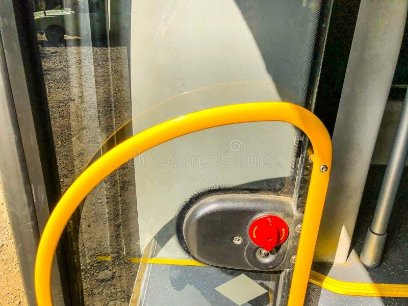 与扶手栏杆的入口开放玻璃门在城市公共汽车上 关闭射击 免版税库存照片