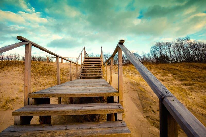 与扶手栏杆的木楼梯 免版税库存图片