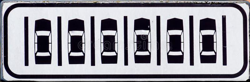 与投入网上汽车的征兆的停车处信号 库存图片
