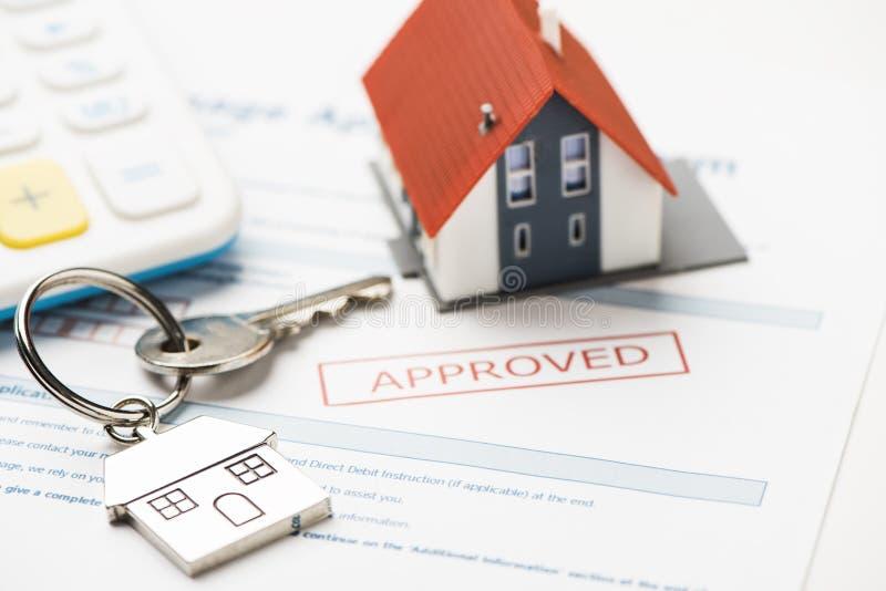 与抵押贷款应用的议院钥匙 库存照片