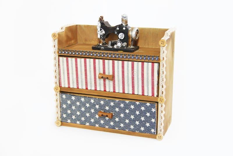 与抽屉和装饰缝纫机的装饰木箱胸口 图库摄影