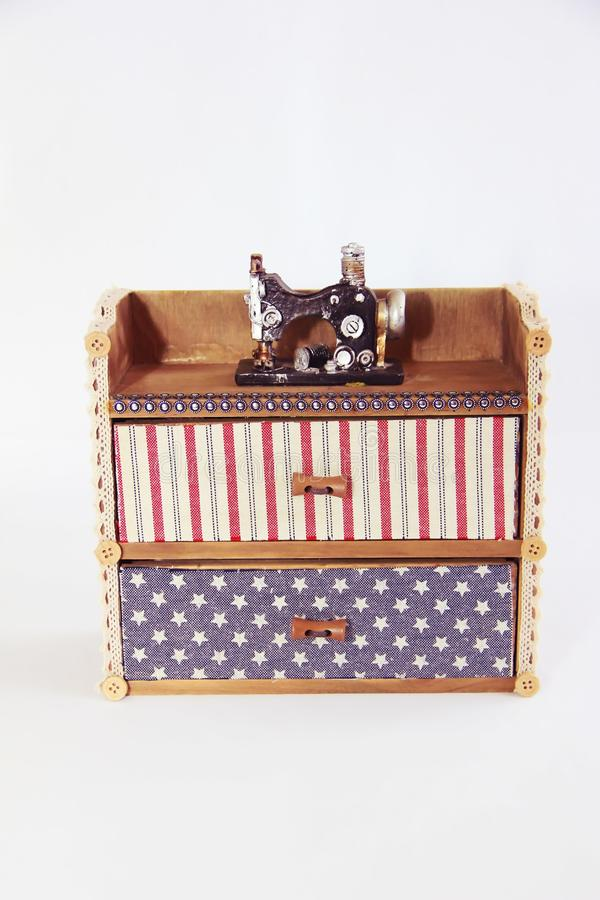 与抽屉和装饰缝纫机的装饰木箱胸口 免版税库存图片