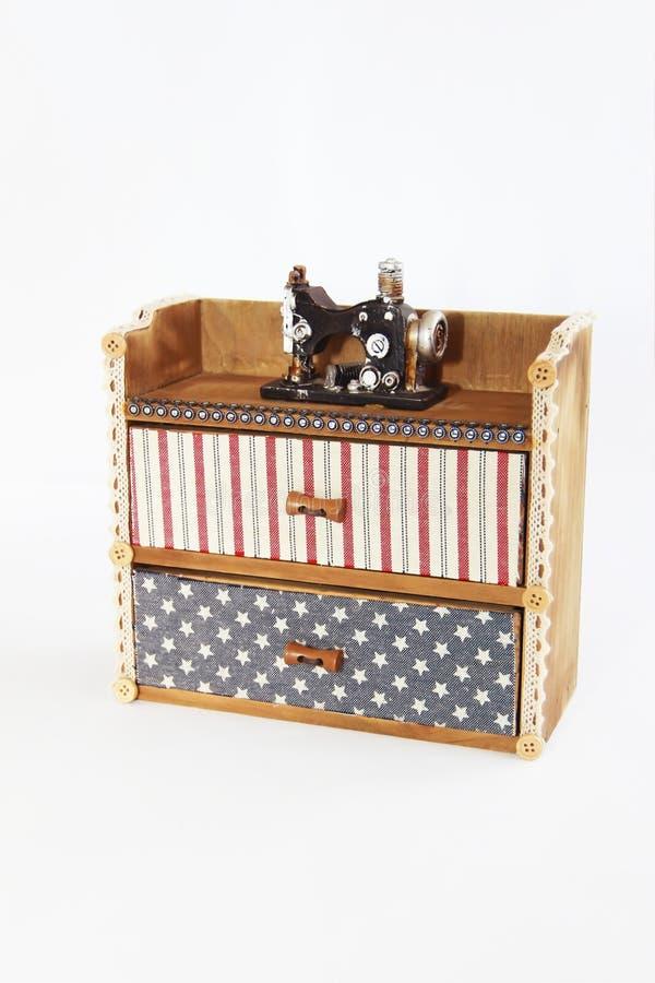 与抽屉和装饰缝纫机的装饰木箱胸口 库存图片