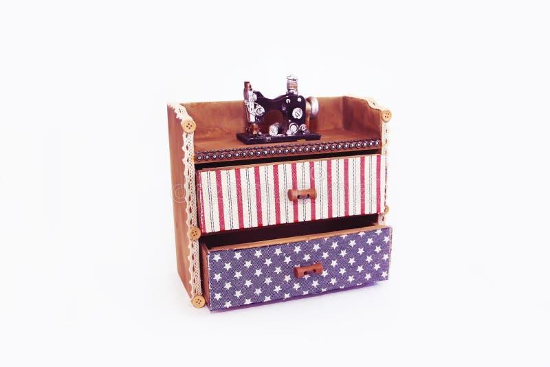与抽屉和装饰缝纫机的装饰木箱胸口 免版税库存照片