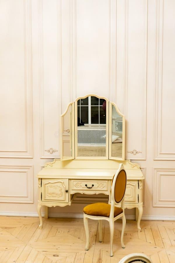 与抽屉和镜子一的梳妆台 免版税库存照片