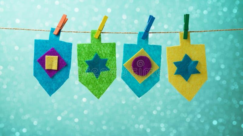 与抽陀螺dreidel装饰的犹太假日光明节概念