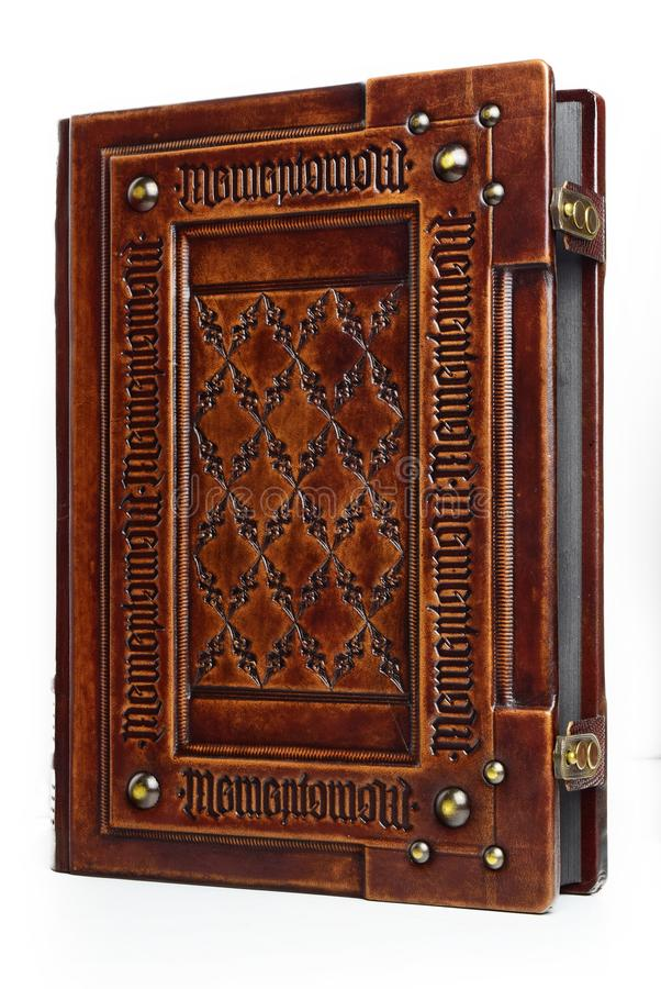 与拉丁文本`纪念品Mori `的大皮革精装书刻记了几次作为框架 图库摄影
