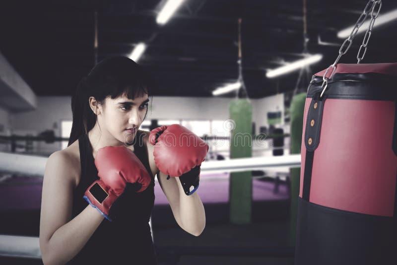 与拳击的妇女锻炼在圆环 免版税库存图片