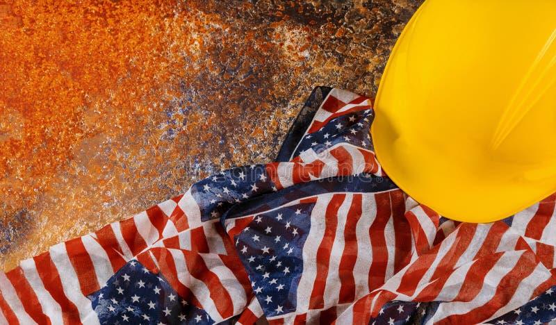 与拷贝空间的建筑黄色盔甲为劳动节 免版税库存图片